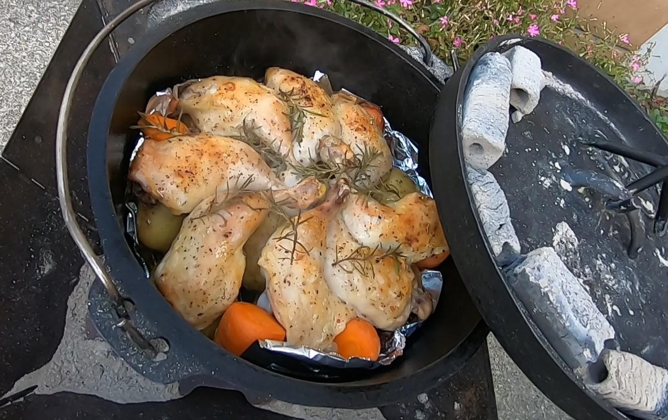 初心者でも簡単! ダッチオーブン料理  骨付き鶏もも肉で『ローストチキン!』 作り方とコツを紹介