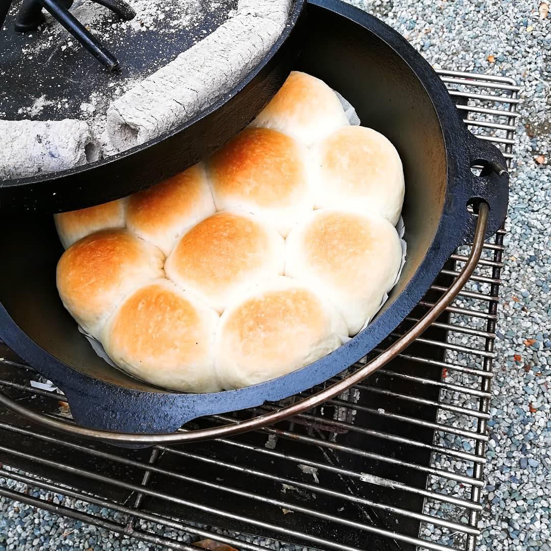 キャンプでダッチオーブンを使って、みんな喜ぶパンを焼こう! 意外と簡単な作り方とコツを紹介(ホームベーカリー使用)12インチ