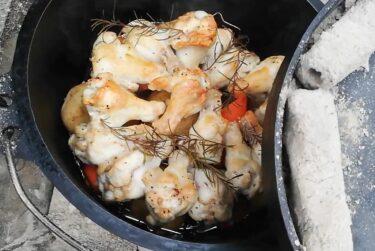 簡単ダッチオーブン料理! 【鶏手羽元の蒸し焼き】作り方を紹介